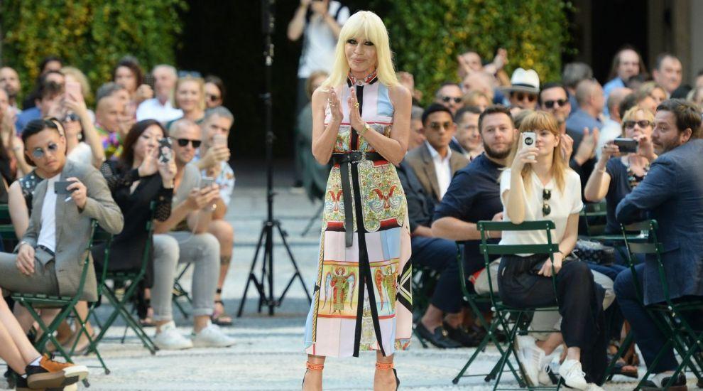 Sta ore in sir la sala de sport, dar criticii au desfiintat-o. Cum a aparut Donatella Versace in public, la 62 de ani