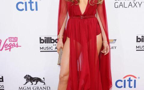 Adevarul despre celebrul posterior al lui Jennifer Lopez. Cum arata cand diva poarta doar costum de baie