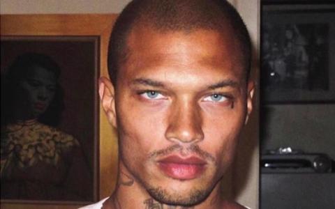 A fost numit cel mai sexy infractor. Prizonierul top-model, defilare pentru o casa celebra de moda