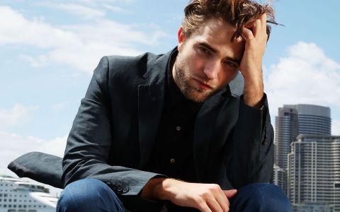A fost cel mai dorit barbat al anilor 2000. Cum a ajuns sa arate acum Robert Pattinson, starul din Twilight