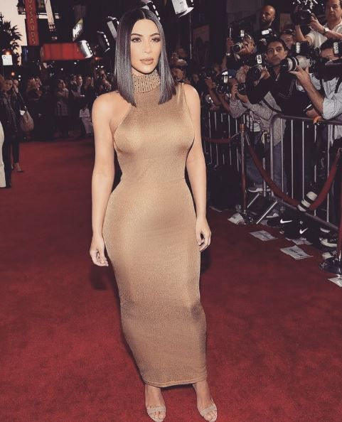 Rotunjimi perfecte in cel mai mulat costum posibil. Kim Kardashian, mai sexy ca J.Lo intr-o salopeta batuta in pietre