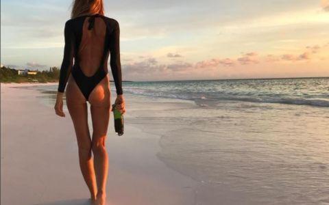 Putini pot ghici varsta reala a acestei femei. Cat de bine arata Elle Macpherson in costum de baie