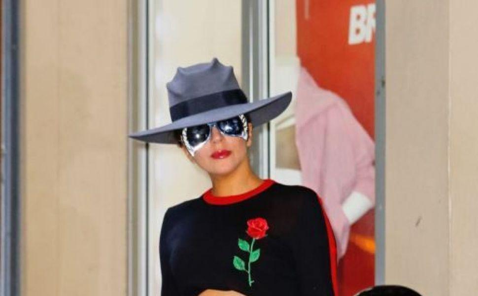 Lady Gaga, intr-o pereche de ghete spectaculoase, intr-o tinuta chic, pe strazile din New York. Cum a fost surprinsa