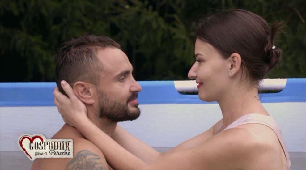 Primul sarut dintre Ionela si Ionut a avut loc intr-un cadru romantic, in piscina. Ce declaratii si-au facut cei doi