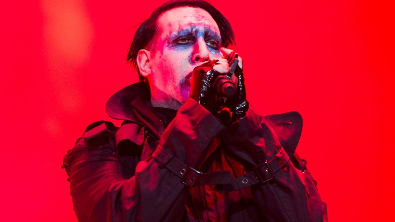 Marilyn Manson a fost ranit in timpul unui concert. Imaginile surprinse de fani - VIDEO