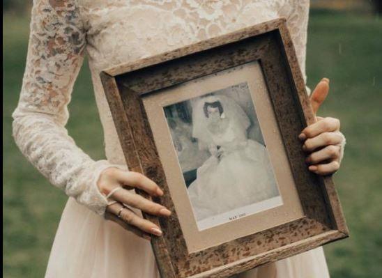A purtat la propria nunta rochia de mireasa a bunicii sale din 1962. Reactia femeii este emotionanta