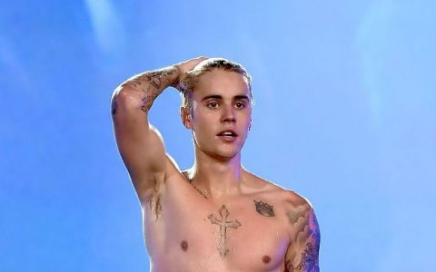 Justin Bieber a dus totul la un alt nivel. Artistul si-a facut un tatuaj imens pe piept si abdomen