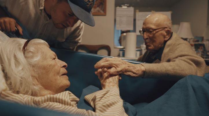 Sunt casatoriti de 80 de ani si continua sa isi demonstreze sentimentele. Povestea lor e emotionanta. VIDEO
