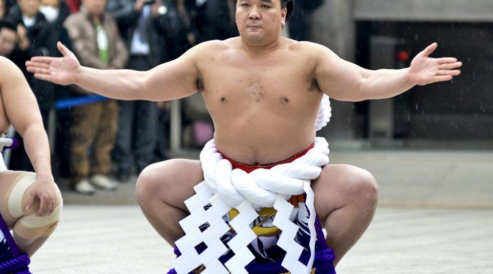 Moment uluitor in Japonia! Campionul la Sumo i-a spart o sticla in cap unui alt luptator. Motivul e incredibil
