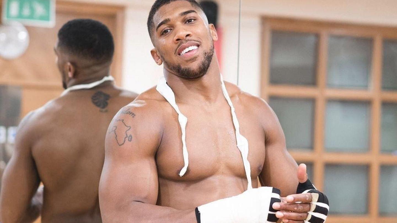 Cum arata cel mai musculos boxer din lume la 3 saptamani dupa meci. Joshua a ramas fara patratele in vacanta