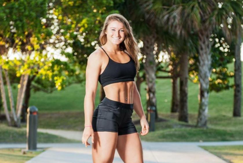 Katie Sonier, antrenoarea de fitness care ridica greutati in timp ce face spagatul