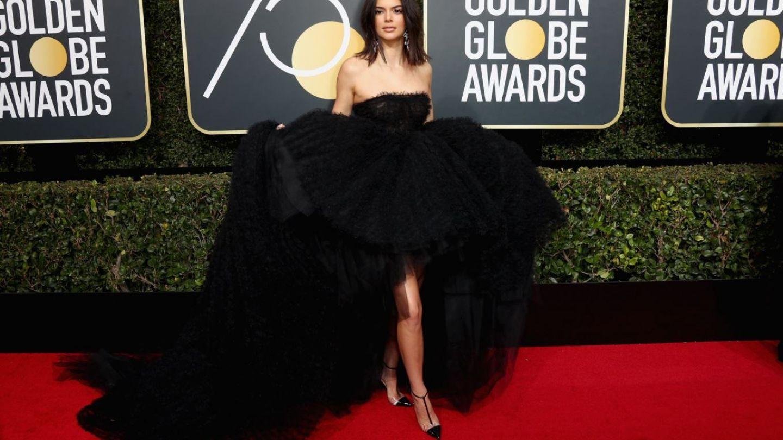 Kendall Jenner a aratat spectaculos la Globurile de Aur, dar carcotasii au criticat-o pentru acneea de pe fata