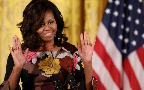 Michelle Obama arata senzational intr-o pereche de pantaloni albi, scurti. Fosta Prima Doamna s-a relaxat la plaja