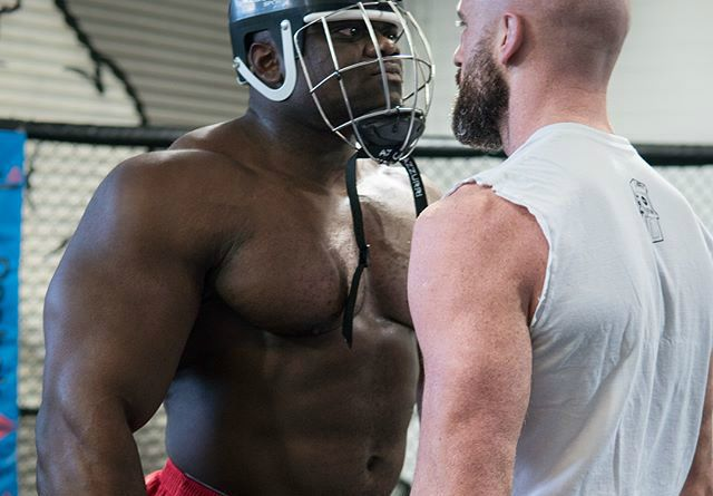 Ce se intampla cand un culturist imens provoaca la bataie un luptator  normal  de MMA! VIDEO