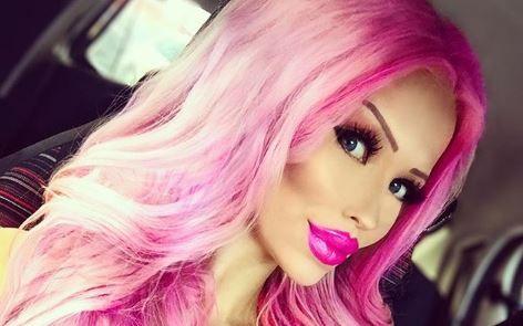 O adolescenta investeste 1 500 de Dolari lunar pentru a arata ca o papusa Barbie