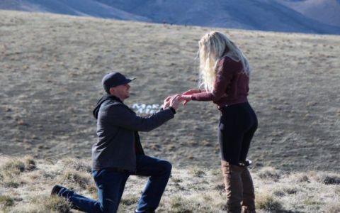 Un tata  i-a stricat  cererea in casatorie fiicei sale. Ce mesaj a scris pe o pancarta