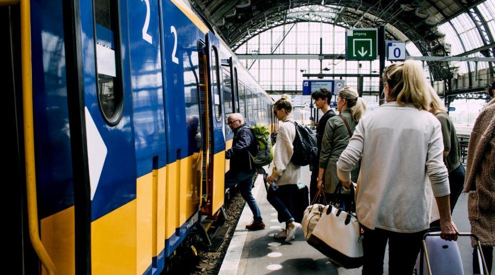Studentii vor circula gratuit cu trenul, indiferent de varsta. Legea, promulgata de Klaus Iohannis