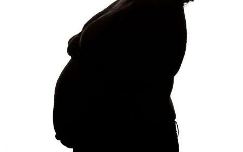 Sotia lui a refuzat sa se pozeze insarcinata, asa ca a facut-o el. Cum arata fotografiile de maternitate ale barbatului