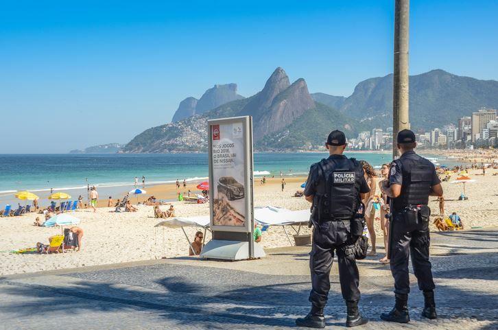 O tanara a fost agresata de un politist in timp ce statea la plaja alaturi de fiica sa