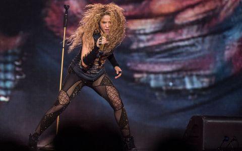 Shakira a fost aspru criticată de fani după ce a fost acuzată că vinde produse neo-naziste pentru a-și promova turneul