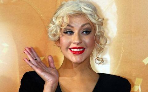 Christina Aguilera a renunțat la haine și s-a fotografiat într-o cadă plină cu petale de tradafiri.