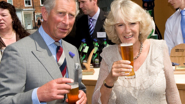 Și prințesele beau bere. Fotografiile cu doamnele din înalta societate au devenit virale