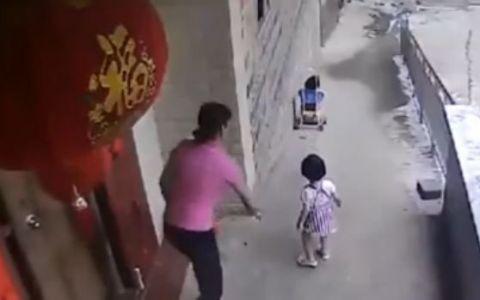 A lasat bebelusul in grija surorii lui, iar fetita a dat drumul caruciorului. Imaginile care dau fiori oricarui parinte