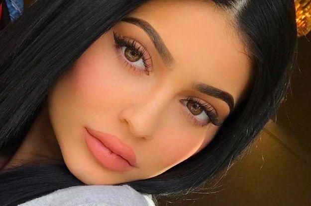 """Kylie Jenner nu mai arată așa. Și-a scos acidul hialuronic din buze și fanii spun că arată """"uimitor"""""""
