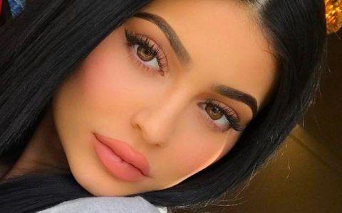 Kylie Jenner nu mai arată așa. Și-a scos acidul hialuronic din buze și fanii spun că arată  uimitor