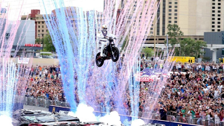 Travis Pastrana a intrat în istorie. A făcut un salt care l-a băgat în spital pe Evel Knievel acum 50 de ani