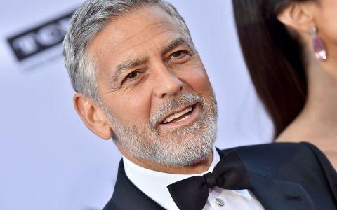 VIDEO: Momentul în care George Clooney este lovit de o mașină pe o șosea din Italia