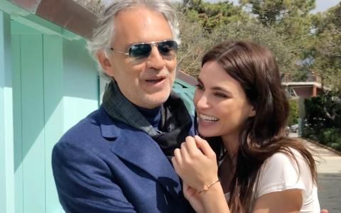 Catrinel Menghia îl ajută pe Andrea Bocelli să strângă bani în cadrul celei mai mari gale caritabile din Italia