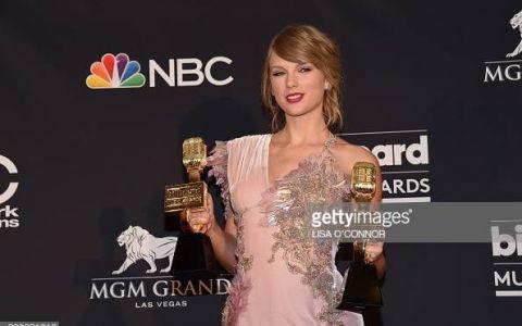 Taylor Swift a căzut pe scenă în timpul unui concert. Fanii au imortalizat momentul