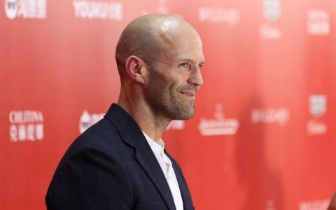 Jason Statham a fost nevoit sa înoate alături de 30 de rechini pentru noul film în care va debuta  The Meg