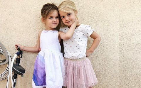 Deși n-au împlinit patru ani, aceste fetițe câștigă mai mulți bani decât mama lor