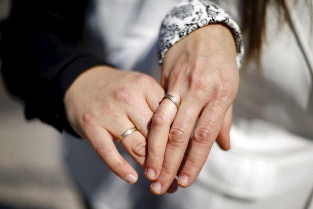 Bărbatul care s-a dus la pescuit și s-a întors căsătorit și-a șocat iar familia. De data asta nu cu aspectul soției