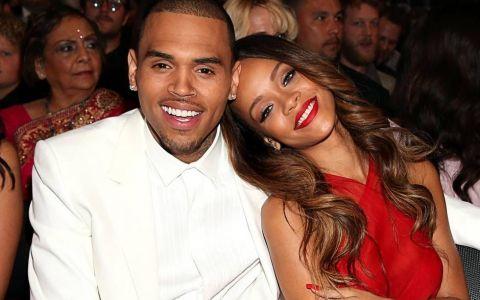 Rihanna și-a arătat la plajă noile forme și Chris Brown a luat-o razna