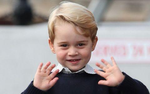 Prințul George a fost inițiat de Regină într-o tradiție considerată de internauți mult prea violentă pentru un copil