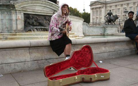 Justin Bieber și-a șocat fanii. A cântat pe stradă, în fața Palatului Buckingham