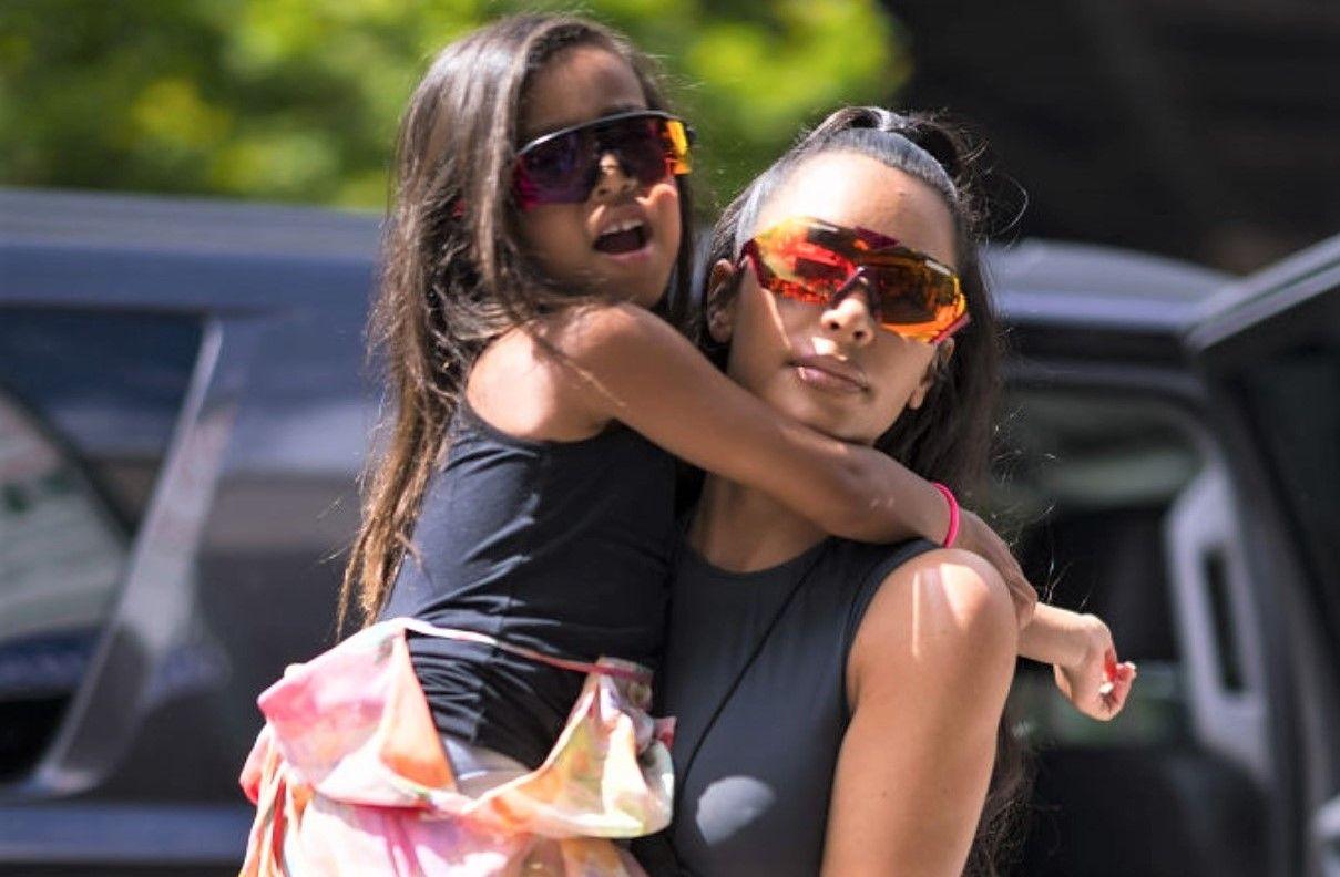 VIDEO Fiica lui Kim Kardashian și-a făcut debutul ca fotomodel la doar cinci ani. Cum a defilat pe podium