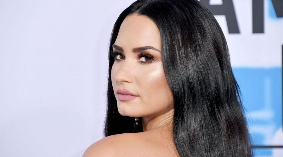 FOTO Demi Lovato, la prima plimbare în public de când a ajuns la dezintoxicare