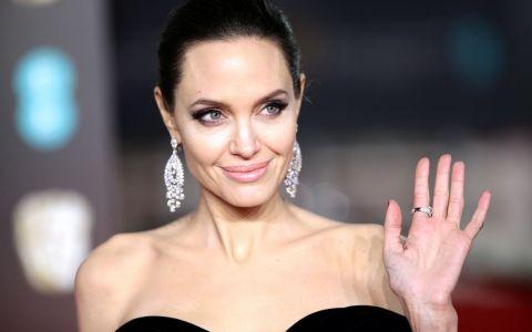 Angelina Jolie, schimbare radicală de look pentru noul rol. Cum arată blondă, în costum de epocă