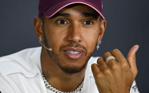 Noua iubită a lui Lewis Hamilton, o cântăreață controversată. Ipostaza indecentă în care a fost surprins cuplul