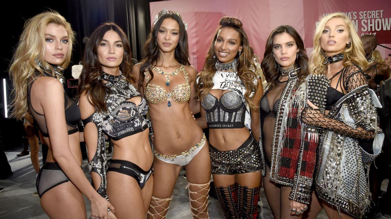 Cât te costă să te întâlnești cu modelele Victoria s Secret, în culisele show-ului