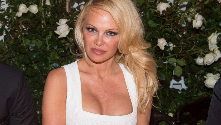Pamela Anderson, închisă într-o cușcă de animale, la Paris.  Este inuman