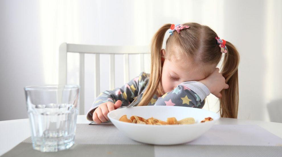 Temă arzătoare pentru părinți: Îl organizăm cu ore fixe de masă și somn? Ce mănâncă? Cum îl facem să doarmă?