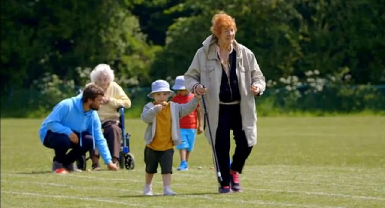 O femeie de 81 de ani emoţionează internetul: şi-a aruncat bastonul folosit ani de zile pentru o competiţie lângă un copil
