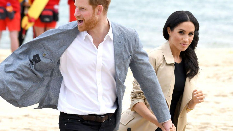 Meghan Markle şi Prinţul Harry, în haine Maori făcute din pene! Se spune că veşmântul ducesei îi protejează sarcina
