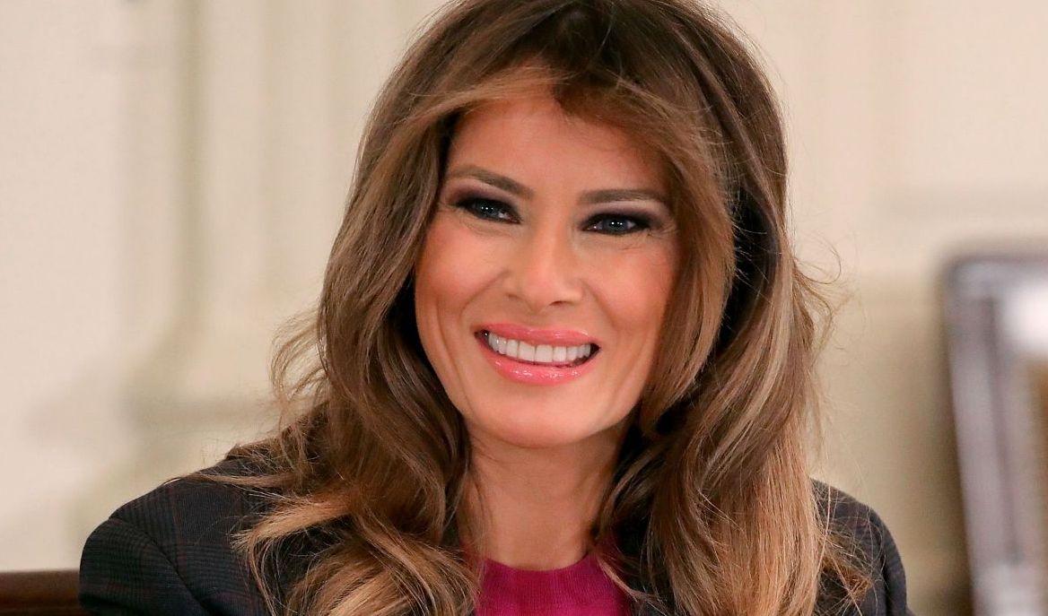 Cum a decorat Melania Trump Casa Albă de Crăciun. A renunțat la decorurile întunecate