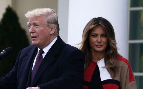 De groază ! Melania Trump a împodobit Casa Albă cu brazi roșii, iar reacțiile au fost pe măsură
